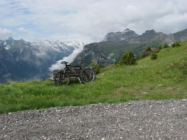 Foto: mucho / Mountainbike Tour / Von Trins auf den Blaser, 2241m / Blick in die Stubaier, links Tribulaun / 11.06.2007 14:42:46