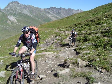 Foto: kaivi / Mountainbiketour / Single Trail Fimba Pass / Auffahrt zum Fimberpass. Wer schlau ist, schiebt, wer es wissen will, versucht es halt. / 30.04.2007 18:30:57