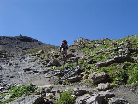 Foto: kaivi / Mountainbiketour / Single Trail Fimba Pass / Abfahrt vom Fimbapass gen Süden, eine der etwas verblockteren und steilen Stellen. / 30.04.2007 19:08:06