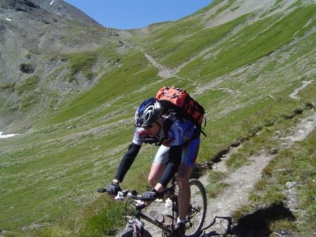Foto: kaivi / Mountainbiketour / Single Trail Fimba Pass / Blick zurück auf den Trail, im Sattel oben der Fimbapass. / 30.04.2007 19:08:55