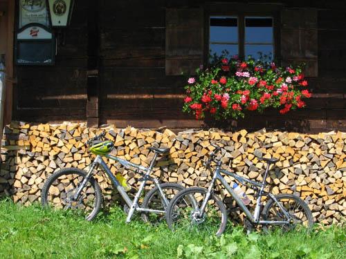 Foto: Lenswork.at / Ch. Streili / Mountainbike Tour / Almtour zwischen Gaißau und Hintersee / Kurze Rast bei der Anzenbergalm / 27.07.2007 12:52:38
