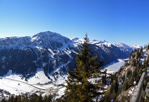 Foto: vince 51 / Wander Tour / Auf die Rote Flüh / Blick von der Terrasse des Gimpelhauses auf Krinnenspitze, Tannheimer Tal und den zugefrorenen Haldensee / 06.05.2007 22:48:08