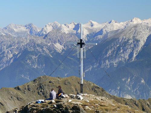 Foto: vince 51 / Wander Tour / Aus dem Lüsenstal auf den Roten Kogel / Gipfelkreuz, im Hintergrund Karwendelgipfel / 02.05.2007 18:56:53