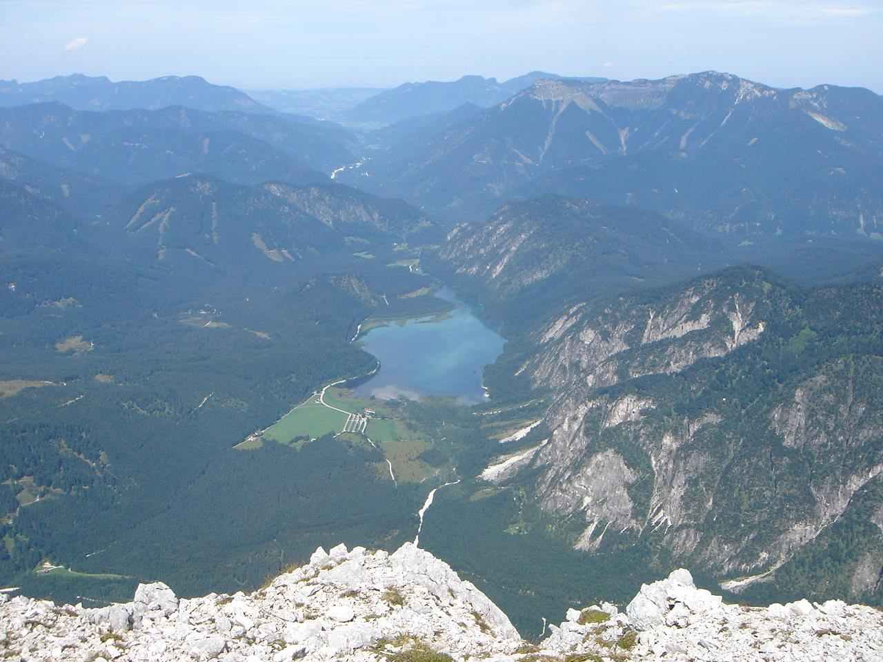 Foto: Manfred Karl / Wander Tour / Auf den Zwölfer über den Grießkarsteig / Tiefblick vom Nordgipfel zum Almsee. / 18.05.2007 14:37:37