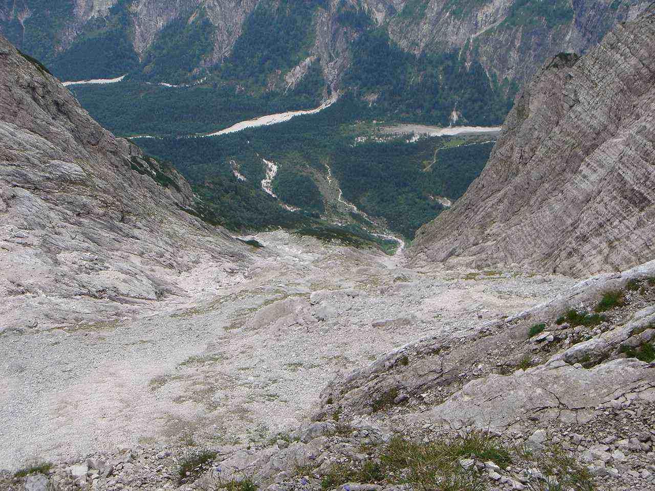 Foto: Manfred Karl / Wander Tour / Auf den Zwölfer über den Grießkarsteig / Noch ist es ein weiter und steiler Weg hinunter ins Tal. / 18.05.2007 14:28:53