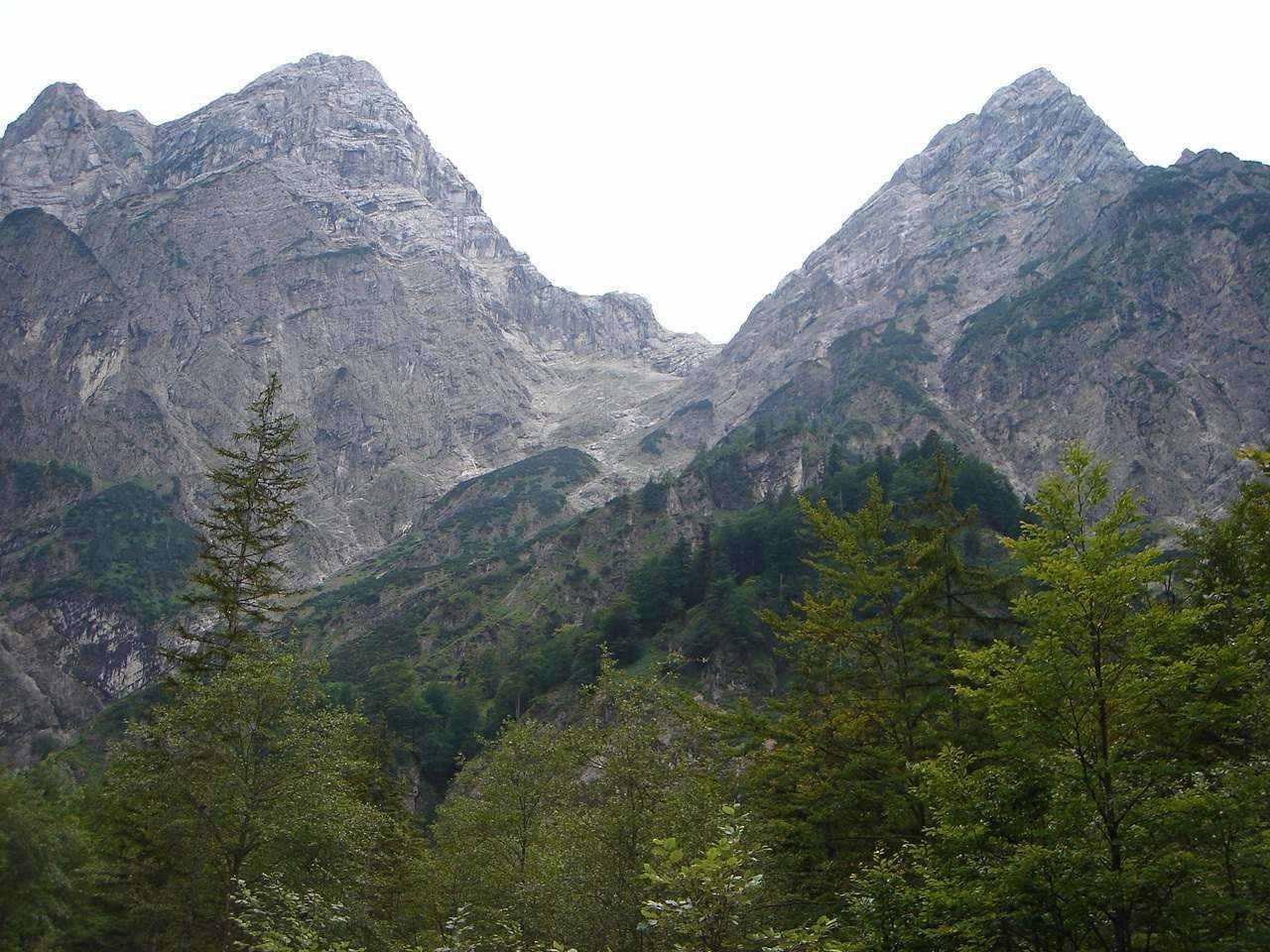 Foto: Manfred Karl / Wander Tour / Auf den Zwölfer über den Grießkarsteig / Eindrucksvoll umrahmt wird das Grieskar vom Elfer und vom Zwölfer. / 18.05.2007 23:52:43