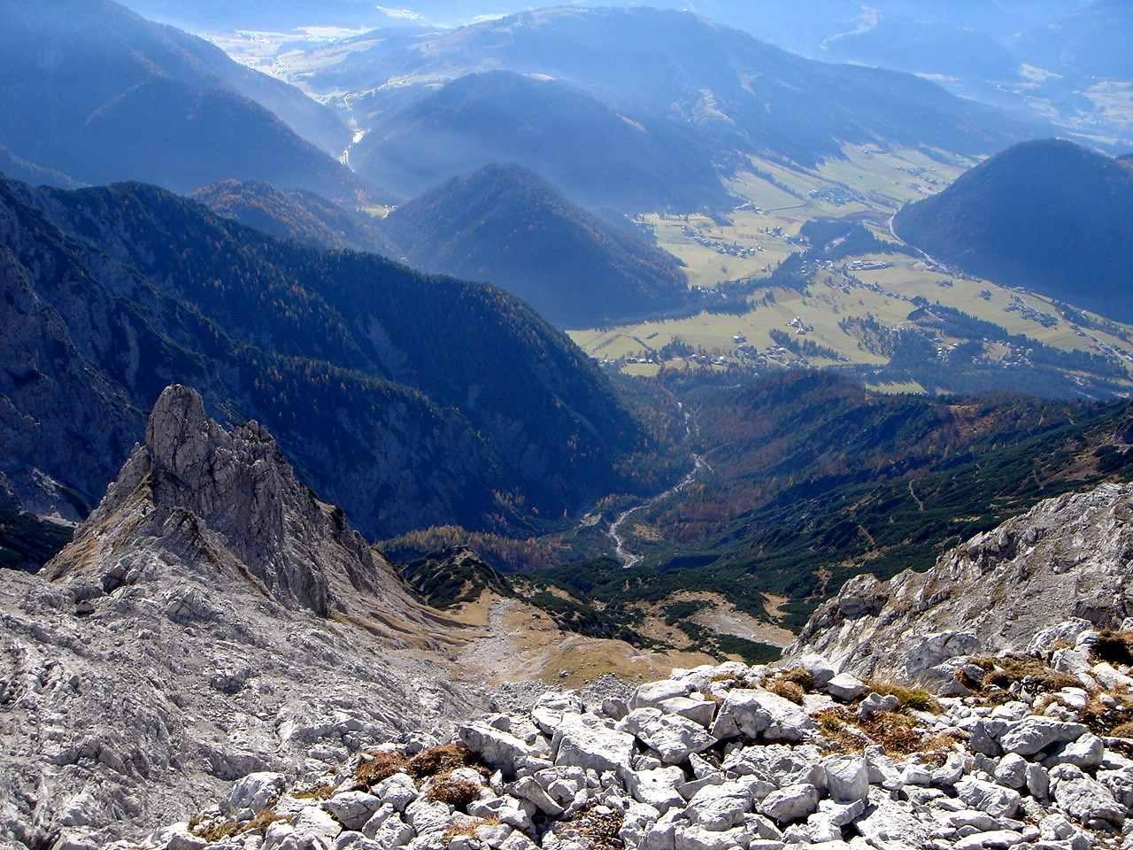 Foto: Manfred Karl / Wander Tour / Nurracher Höhenweg / Tiefblick ins Lastal / 19.06.2007 06:07:47