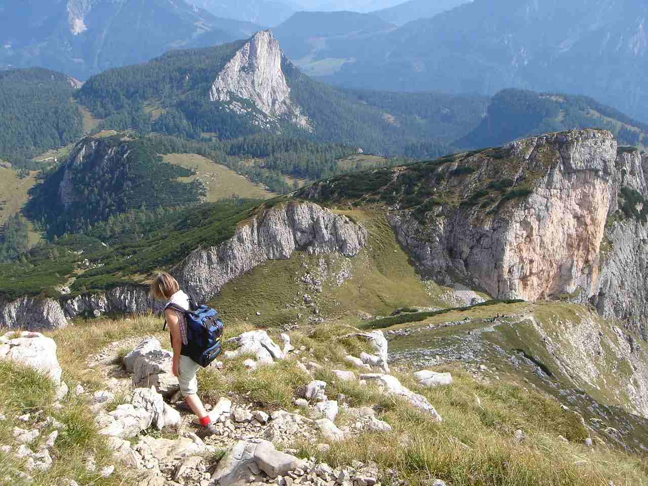 Foto: Manfred Karl / Wander Tour / Warscheneck über den SO-Grat / Steiler Weg hinunter in den Sattel vor der Roten Wand. Im Hintergrund der Stubwieswipfel. / 05.05.2007 20:47:53