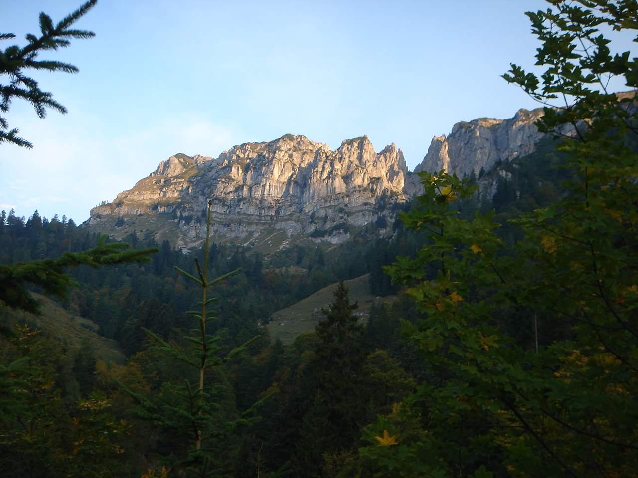 Foto: Manfred Karl / Wander Tour / Grabnerstein - Gipfelrunde / Der gezackte Grat zwischen Admonter Warte und Grabnerstein. / 18.05.2007 14:53:17