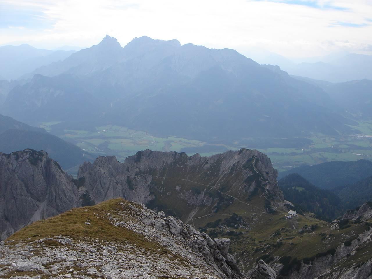 Foto: Manfred Karl / Wander Tour / Grabnerstein - Gipfelrunde / Tiefblick vom Mittagskogel gegen Grabnerstein - Admonter Haus, darüber Reichenstein - Sparafeldkamm. / 18.05.2007 14:51:09