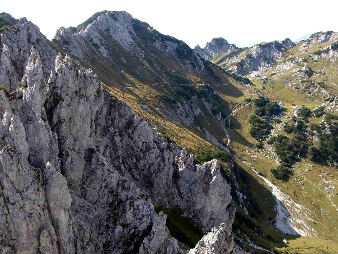 Foto: Manfred Karl / Wander Tour / Grabnerstein - Gipfelrunde / Blick zurück zum Admonter Haus. / 18.05.2007 14:48:33