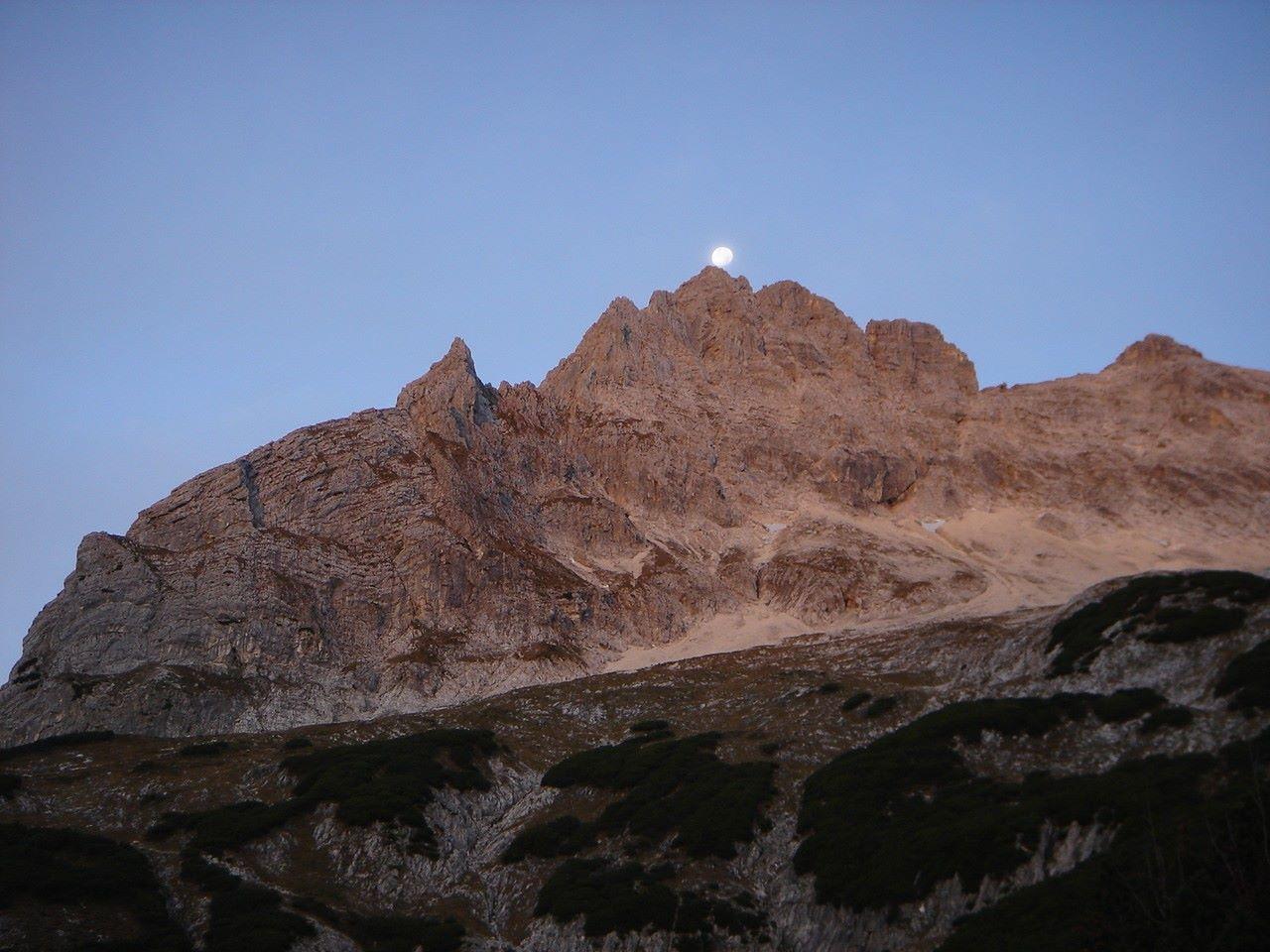 Foto: Manfred Karl / Wander Tour / Über das Prielschutzhaus und den Bert-Rinesch-Klettersteig auf den Gr.Priel / Monduntergang über dem Brotfall / 15.06.2007 23:25:38
