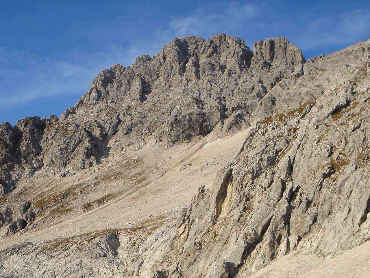 Foto: Manfred Karl / Wander Tour / Über das Prielschutzhaus und den Bert-Rinesch-Klettersteig auf den Gr.Priel / Brotfall, links im Profil der Südgrat, eine schöne Kletterei. / 15.06.2007 23:30:14