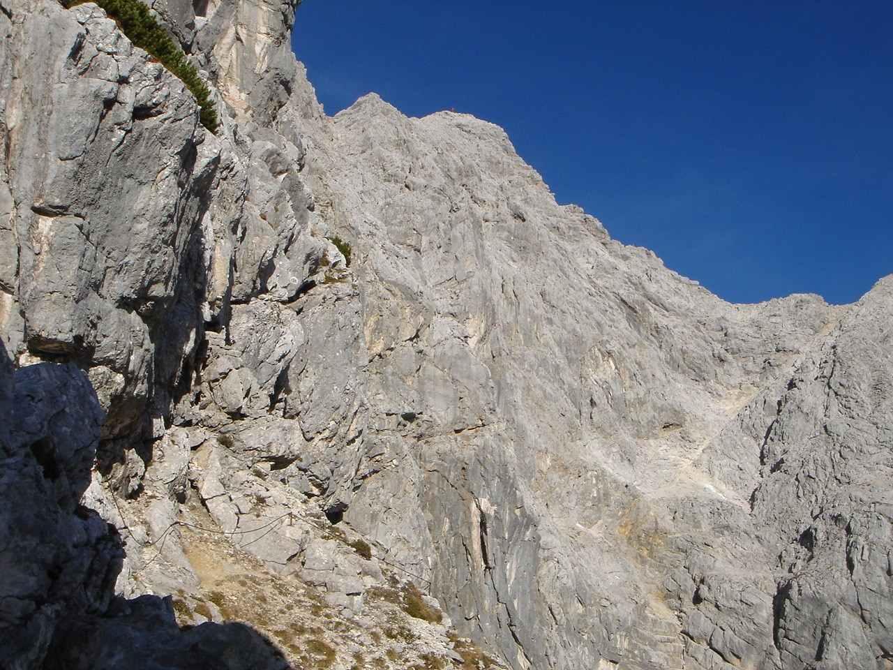 Foto: Manfred Karl / Wander Tour / Über das Prielschutzhaus und den Bert-Rinesch-Klettersteig auf den Gr.Priel / Am Beginn der langen Querung / 15.06.2007 23:32:54