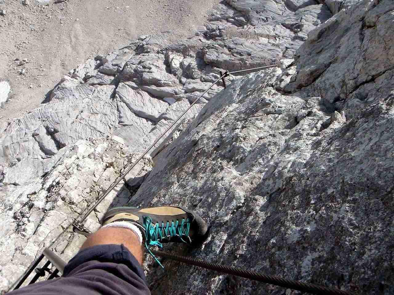 Foto: Manfred Karl / Wander Tour / Über das Prielschutzhaus und den Bert-Rinesch-Klettersteig auf den Gr.Priel / In Ermangelung eines Partners müssen die eigenen Füße herhalten. / 15.06.2007 23:39:56