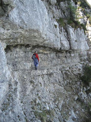 Foto: Jogal / Wander Tour / Überschreitung der Hohen Schrott / Am Weg zum Bergwerkskogel: Dieses Band ist zu durchschreiten / 22.05.2007 06:13:47