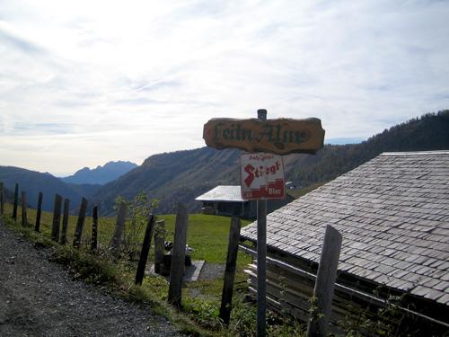 Foto: letsgoactive / Wander Tour / Gennerhorn, Gruberhorn und Regenspitz / Blick von der Genneralm in Richtung Stiegl Bier :-) / 18.04.2007 15:36:42
