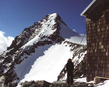Foto: Andreas Koller / Wander Tour / Großglockner-Überschreitung von Kärnten nach Osttirol als Tagestour (3798 m) / Erzherzog Johann Hütte mit Glocknerleitl und Kleinglockner / 01.02.2007 02:55:19