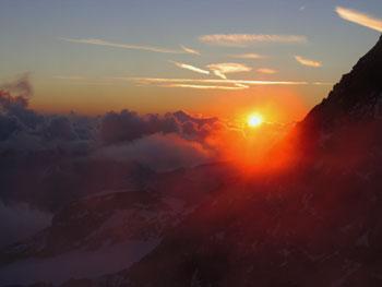 Foto: Andreas Koller / Wander Tour / Großglockner-Überschreitung von Kärnten nach Osttirol als Tagestour (3798 m) / Abendstimmung bei der Erzherzog Johann Hütte / 01.02.2007 02:55:30