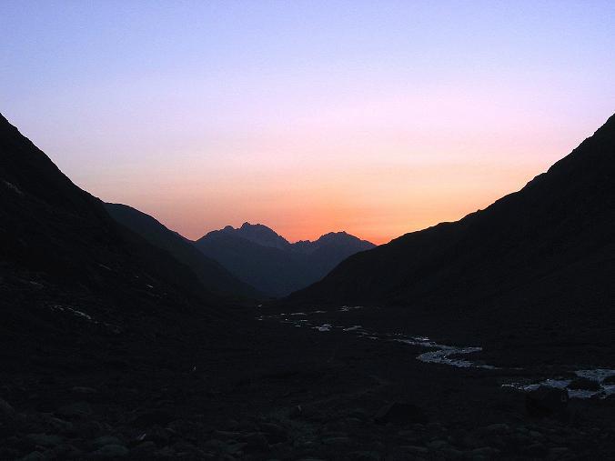 Foto: Andreas Koller / Wander Tour / Ruderhofspitze - eine anspruchsvolle Gletschertour im Stubai (3474 m) / Sonnenaufgang bei der Franz Senn Hütte / 08.08.2007 13:26:29