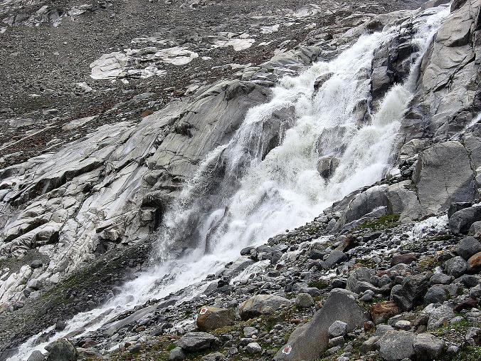 Foto: Andreas Koller / Wander Tour / Ruderhofspitze - eine anspruchsvolle Gletschertour im Stubai (3474 m) / Wasserfall des Gletscherbaches / 08.08.2007 13:23:43
