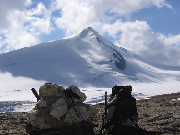 Foto: Andreas Koller / Wander Tour / Über die Oberwalderhütte auf den Johannisberg (3463 m) / Der Johannisberg von der Oberwalderhütte / 28.05.2007 23:39:00