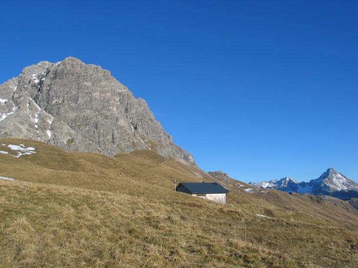 Foto: Troll / Wander Tour / Rund um den Widderstein / Oberhalb des Hochalppasses, die Hirtenhütte der Bärgunter Hochalpe, links der Große Widderstein, rechts hinten der Biberkopf / 08.08.2007 21:28:49