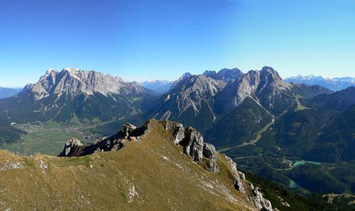 Foto: vince 51 / Wander Tour / Grubigstein - Gartner Wand / Grubigstein, im Hintergrund Zugspitze und Mieminger Berge / 25.01.2007 23:01:43