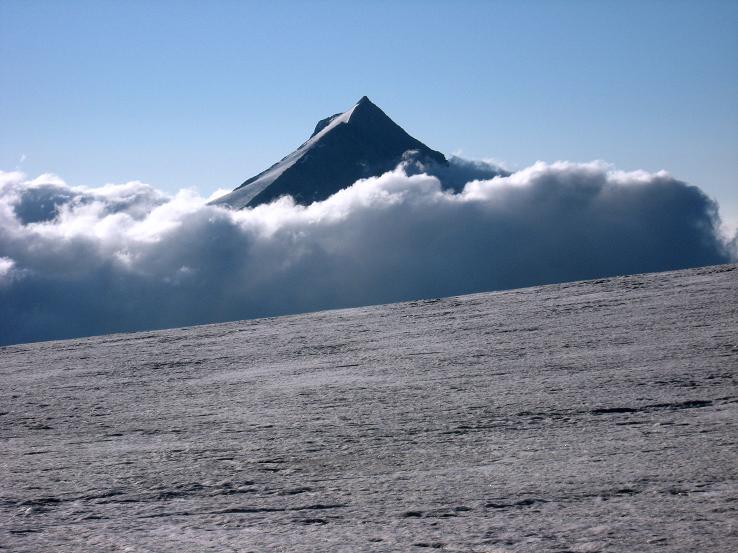 Foto: Andreas Koller / Wandertour / Vom Felskinn über die Britannia Hütte auf das Strahlhorn (4190 m) / Das Stellihorn (3436 m) grüßt aus dem Nebel / 10.08.2007 16:31:24