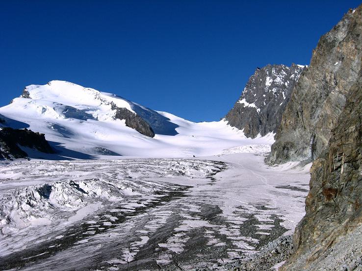 Foto: Andreas Koller / Wander Tour / Vom Felskinn über die Britannia Hütte auf das Strahlhorn (4190 m) / Allalingletscher, Strahlhorn und Adlerpass (3789 m) / 10.08.2007 16:31:03
