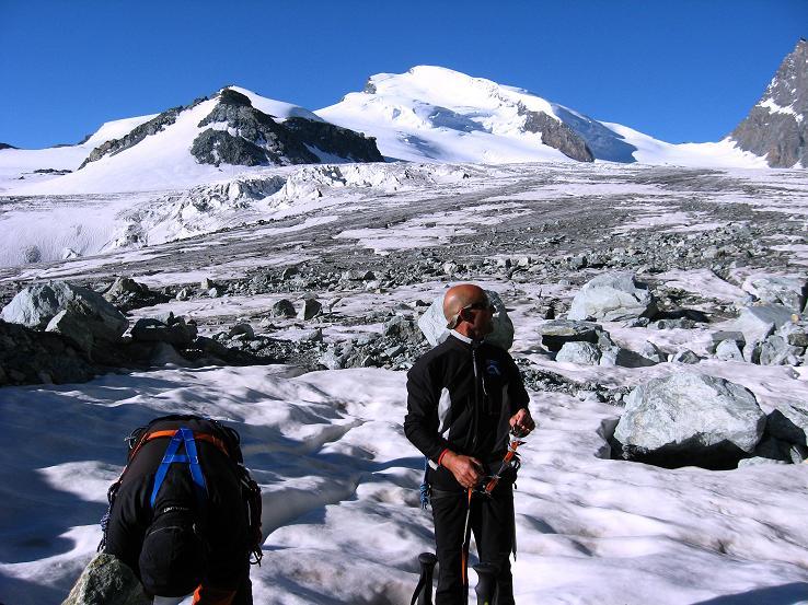 Foto: Andreas Koller / Wandertour / Vom Felskinn über die Britannia Hütte auf das Strahlhorn (4190 m) / Am Allalingletscher gegen Fluchthorn (3791 m) und Strahlhorn / 10.08.2007 16:30:36