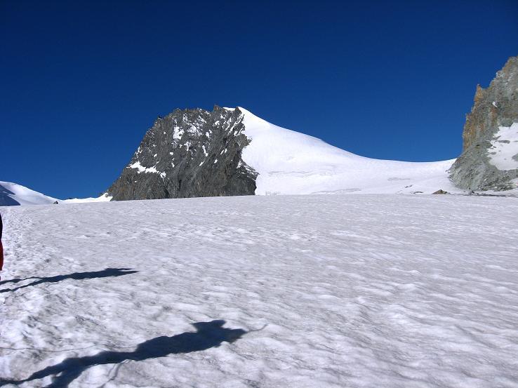 Foto: Andreas Koller / Wandertour / Vom Felskinn über die Britannia Hütte auf das Strahlhorn (4190 m) / Strahlhorn (4199 m) und rechts der Allalinpass (3564 m) / 10.08.2007 16:29:57