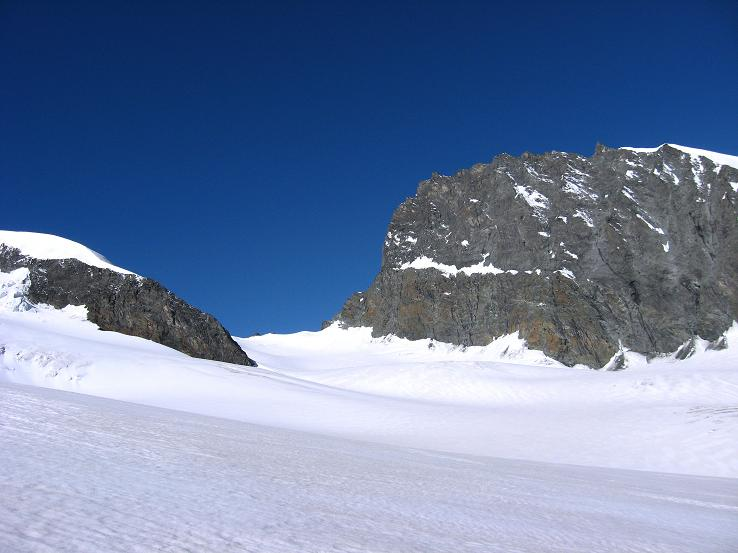 Foto: Andreas Koller / Wander Tour / Vom Felskinn über die Britannia Hütte auf das Strahlhorn (4190 m) / Strahlhorn (4199 m) und Adlerpass (3789 m) vom Allalingletscher / 10.08.2007 16:28:57