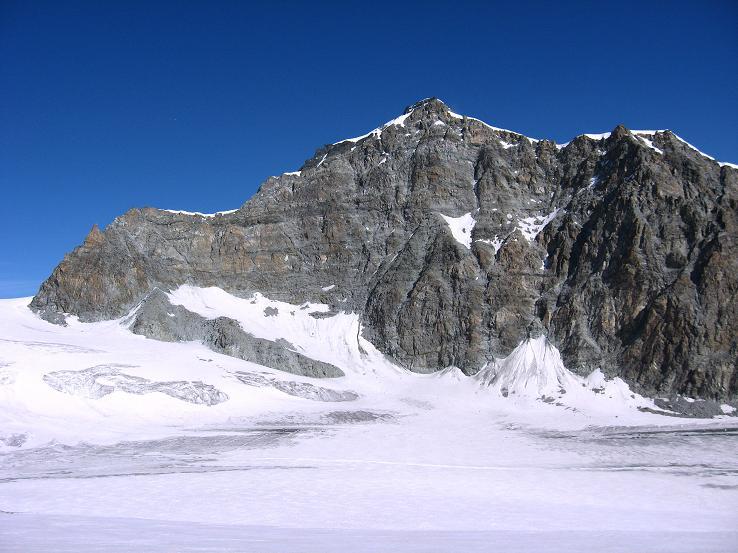 Foto: Andreas Koller / Wander Tour / Vom Felskinn über die Britannia Hütte auf das Strahlhorn (4190 m) / S-Wand des Allalinhorns vom Allalingletscher / 10.08.2007 16:28:19
