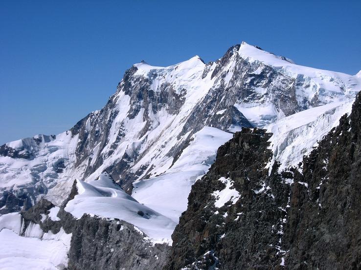 Foto: Andreas Koller / Wandertour / Vom Felskinn über die Britannia Hütte auf das Strahlhorn (4190 m) / Monte Rosa Massiv (4634 m) vom Strahlhorn / 10.08.2007 16:27:58