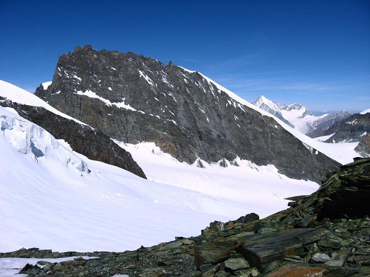Foto: Andreas Koller / Wandertour / Vom Felskinn über die Britannia Hütte auf das Strahlhorn (4190 m) / Rimpfischhorn (4199 m) und im Hintergrund das Weißhorn (4505 m) vom Aufsteig zum Strahlhorn / 10.08.2007 16:27:30
