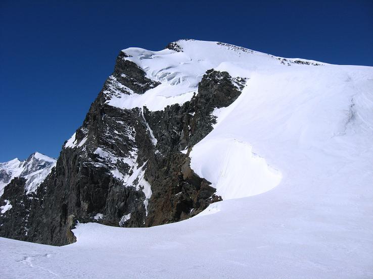Foto: Andreas Koller / Wandertour / Vom Felskinn über die Britannia Hütte auf das Strahlhorn (4190 m) / Das Strahlhorn von O / 10.08.2007 16:26:52
