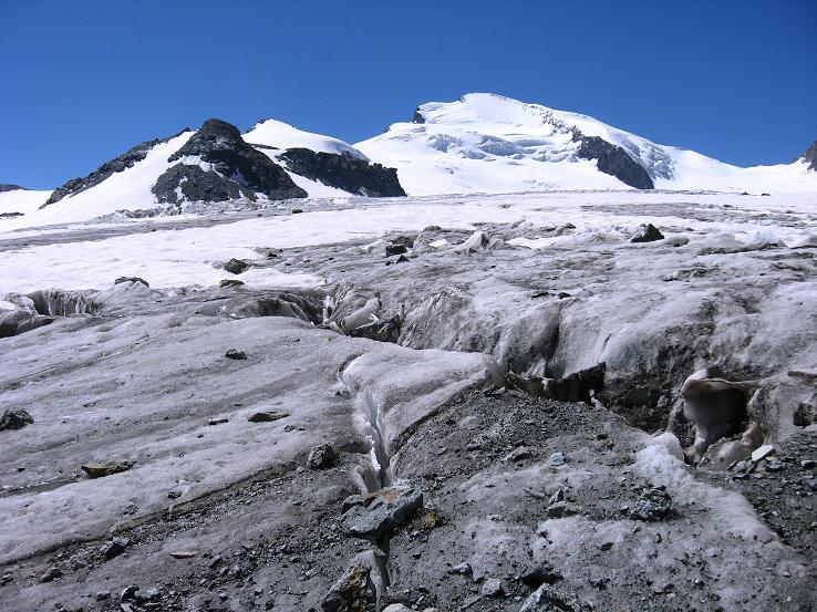 Foto: Andreas Koller / Wandertour / Vom Felskinn über die Britannia Hütte auf das Strahlhorn (4190 m) / Fluchthorn (3791 m) und Strahlhorn übre dem Allalingeltscher / 10.08.2007 16:26:40