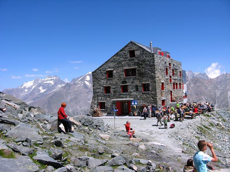 Foto: Andreas Koller / Wander Tour / Vom Felskinn über die Britannia Hütte auf das Strahlhorn (4190 m) / Die Britanniahütte gegen Weissmiesgruppe / 10.08.2007 16:24:21