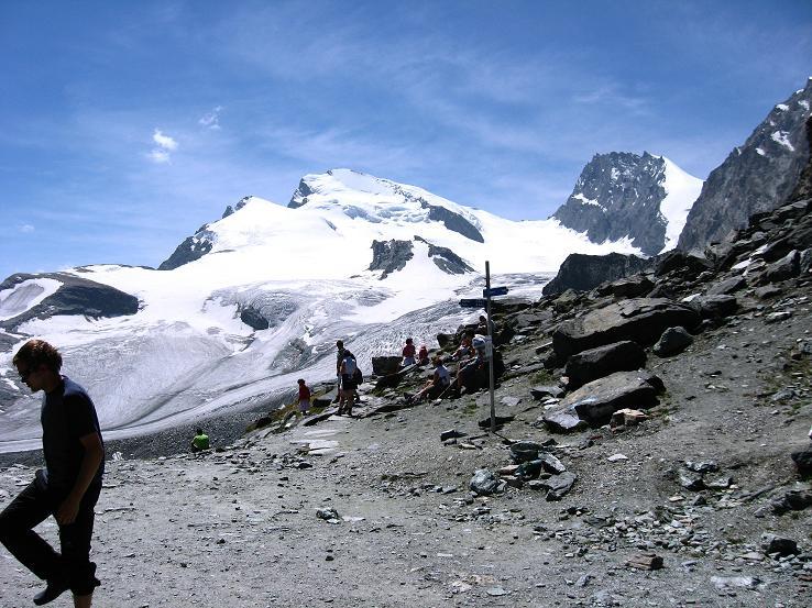 Foto: Andreas Koller / Wander Tour / Vom Felskinn über die Britannia Hütte auf das Strahlhorn (4190 m) / Blick von der Britanniahütte auf Fluchthorn (3791 m), Strahlhorn und Rimpfischhorn (4199 m) / 10.08.2007 16:23:51
