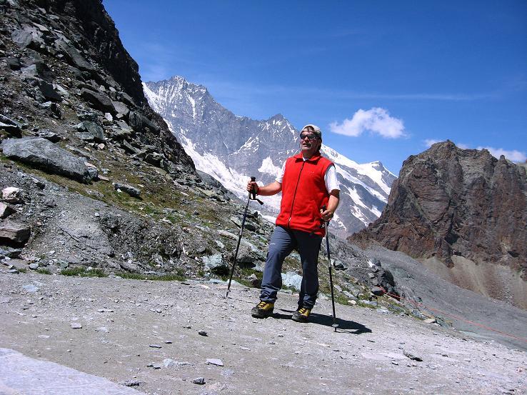Foto: Andreas Koller / Wandertour / Vom Felskinn über die Britannia Hütte auf das Strahlhorn (4190 m) / Bei der Britanniahütte mit Blick in die Mischabelgruppe / 10.08.2007 16:23:06