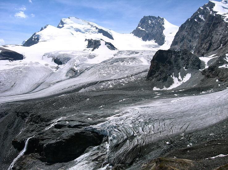Foto: Andreas Koller / Wander Tour / Vom Felskinn über die Britannia Hütte auf das Strahlhorn (4190 m) / Blick von der Britanniahütte auf Fluchthorn (3791 m), Strahlhorn und Rimpfischhorn (4199 m) / 10.08.2007 16:21:45