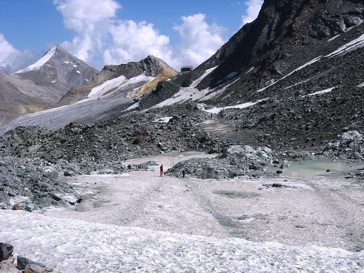 Foto: Andreas Koller / Wandertour / Vom Felskinn über die Britannia Hütte auf das Strahlhorn (4190 m) / Britanniahütte, Kleinallalin (3070 m) und Stellihorn (3436 m) vom Chessjen-Gletscher / 10.08.2007 16:20:54
