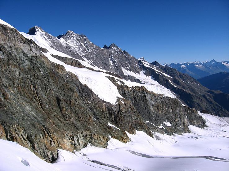 Foto: Andreas Koller / Wander Tour / Allalinhorn - Modeberg über Saas Fee (4027 m) / Die Mischabelgruppe um Täschhorn (4491 m) und Dom (4545 m) grüßt / 09.08.2007 14:54:22