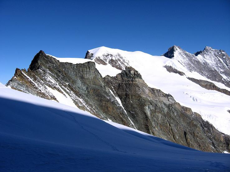 Foto: Andreas Koller / Wander Tour / Allalinhorn - Modeberg über Saas Fee (4027 m) / Feekopf (3888 m) und Alphubel (4206 m) im N / 09.08.2007 14:55:56