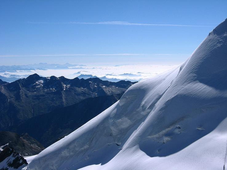Foto: Andreas Koller / Wander Tour / Allalinhorn - Modeberg über Saas Fee (4027 m) / An der N-Flanke vorbei geht der Blick nach Italien / 09.08.2007 15:00:41