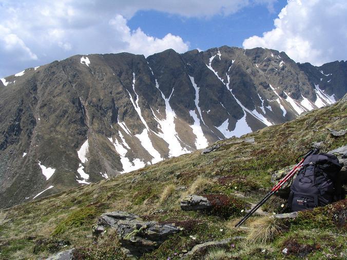 Foto: Andreas Koller / Wander Tour / Preber und Golzhöhe (2740 m) / Der lange Kamm der Golzhöhe vom Preber gesehen  / 09.05.2007 17:16:24