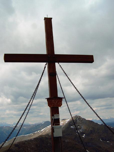 Foto: Andreas Koller / Wander Tour / Große Turracher Gipfel-Runde (2441 m) / Gipfelkreuz auf der Strassburger Spitze / 09.05.2007 21:10:24