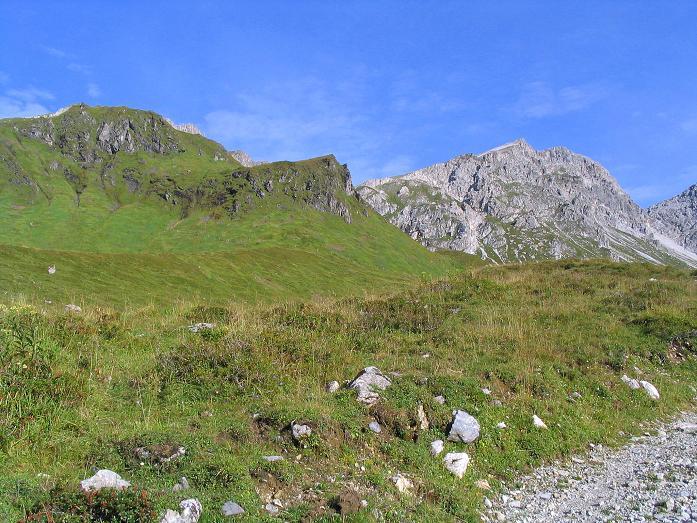 Foto: Andreas Koller / Wander Tour / Von der Franz-Fischer-Hütte auf den Stierkarkopf und die Wildkarhöhe (2514 m) / Anstieg zur Franz Fischer Hütte, links Stierkarkopf, rechts Wildkarhöhe / 17.08.2007 10:29:09