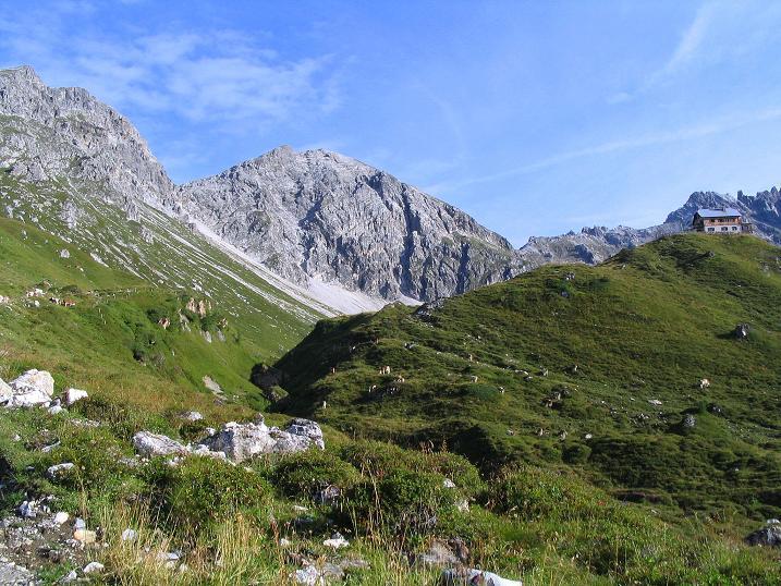 Foto: Andreas Koller / Wander Tour / Von der Franz-Fischer-Hütte auf den Stierkarkopf und die Wildkarhöhe (2514 m) / Franz Fischerhütte mit Rothorn (2520 m) und Wildkarhöhe / 17.08.2007 10:28:39